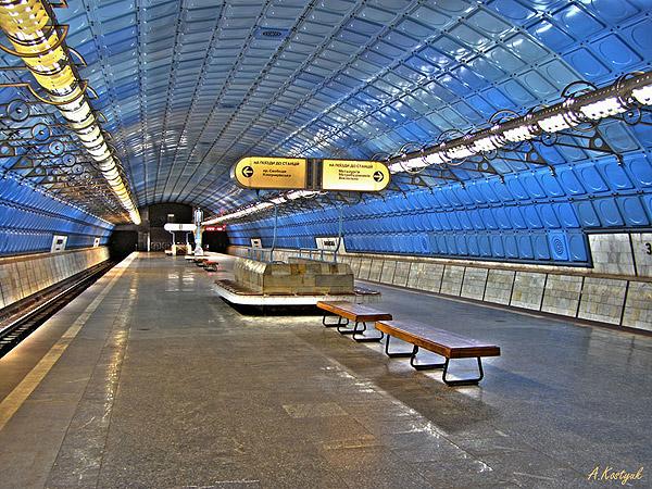 Центральн ы й зал станции июнь 2006